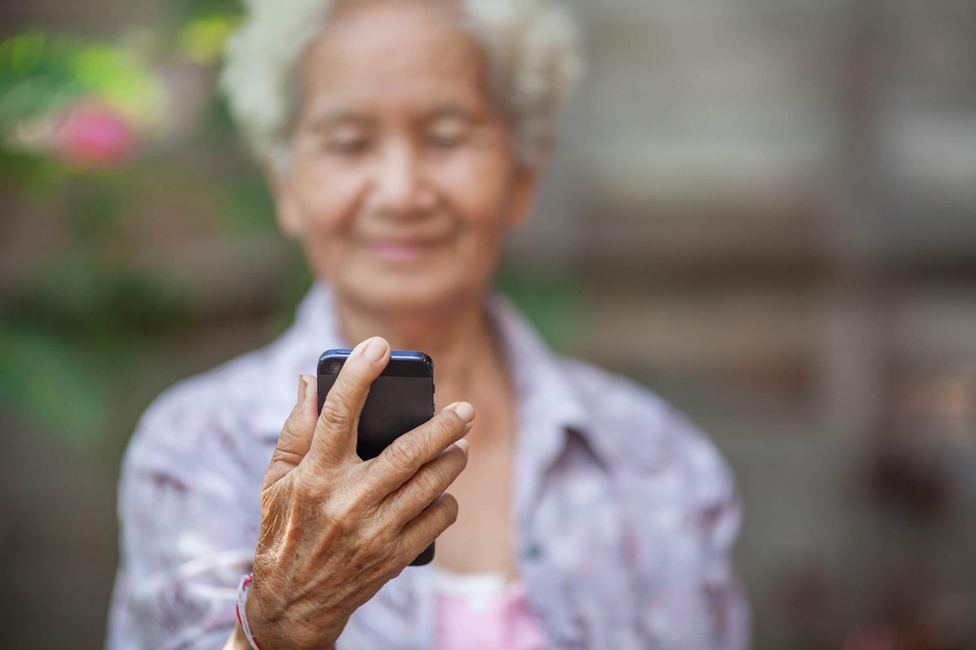 Doro offre des téléphones mobiles aux personnes âgées isolées
